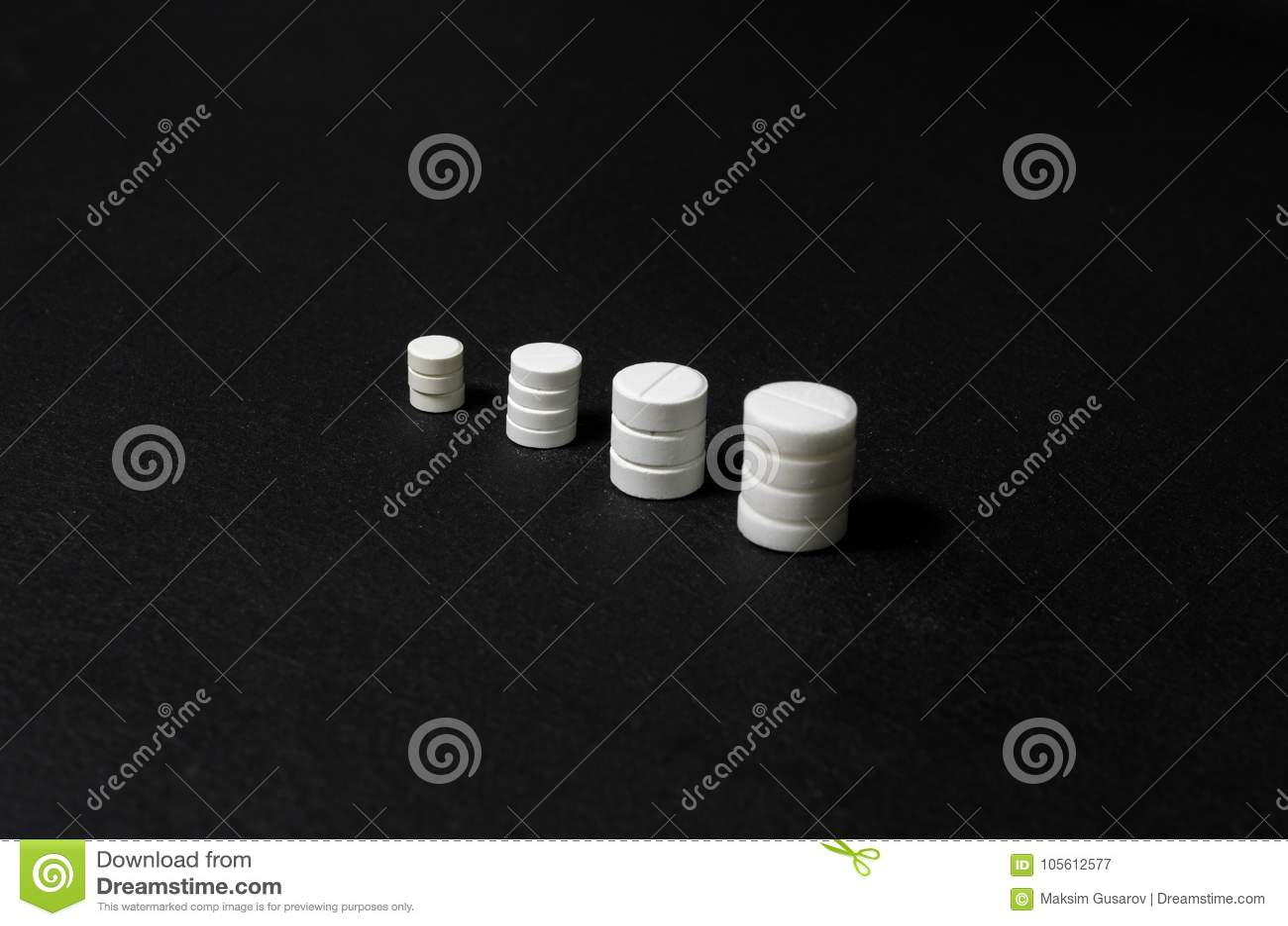 Pilhas de comprimidos em um fundo escuro