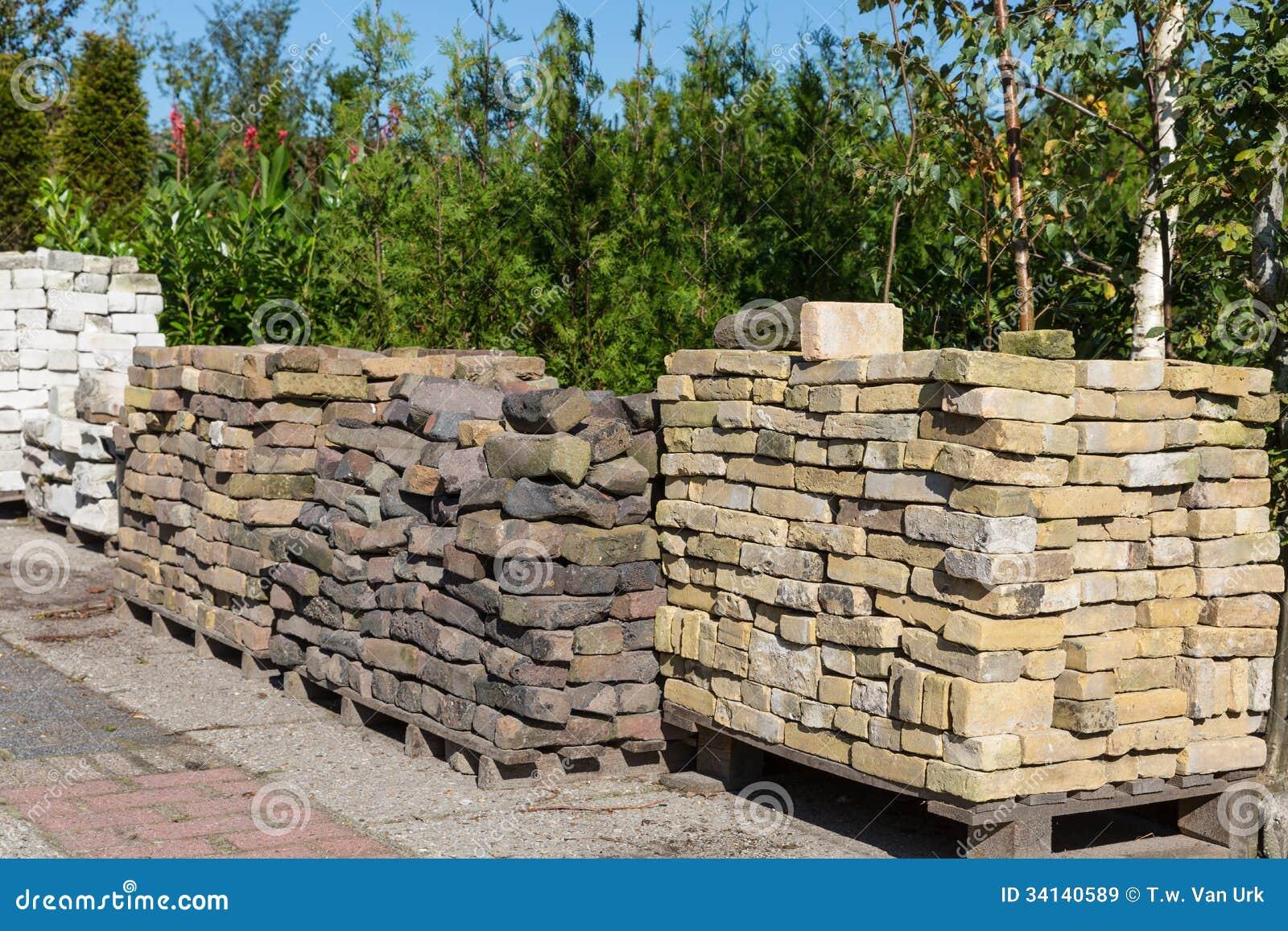 Pilhas de pedras decorativas para a venda em um centro de - Comprar piedras jardin ...