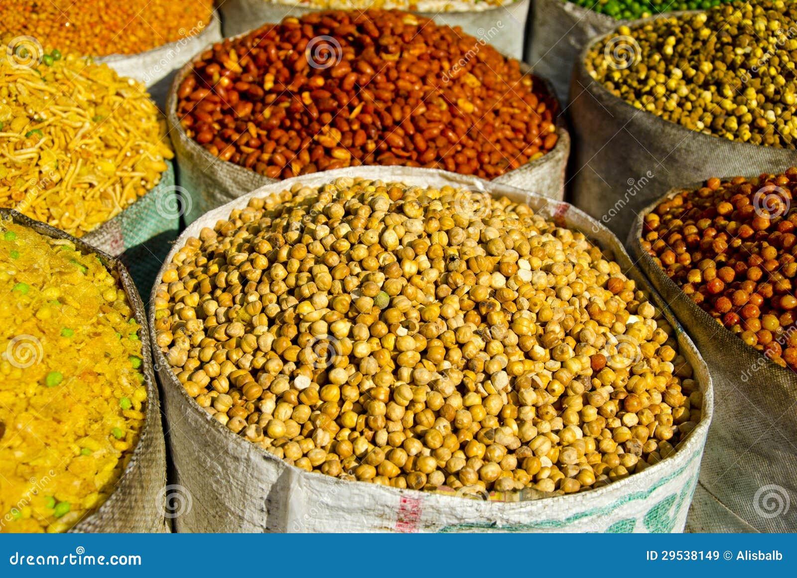 Pilhas do alimento no bazar da rua de Deli, India