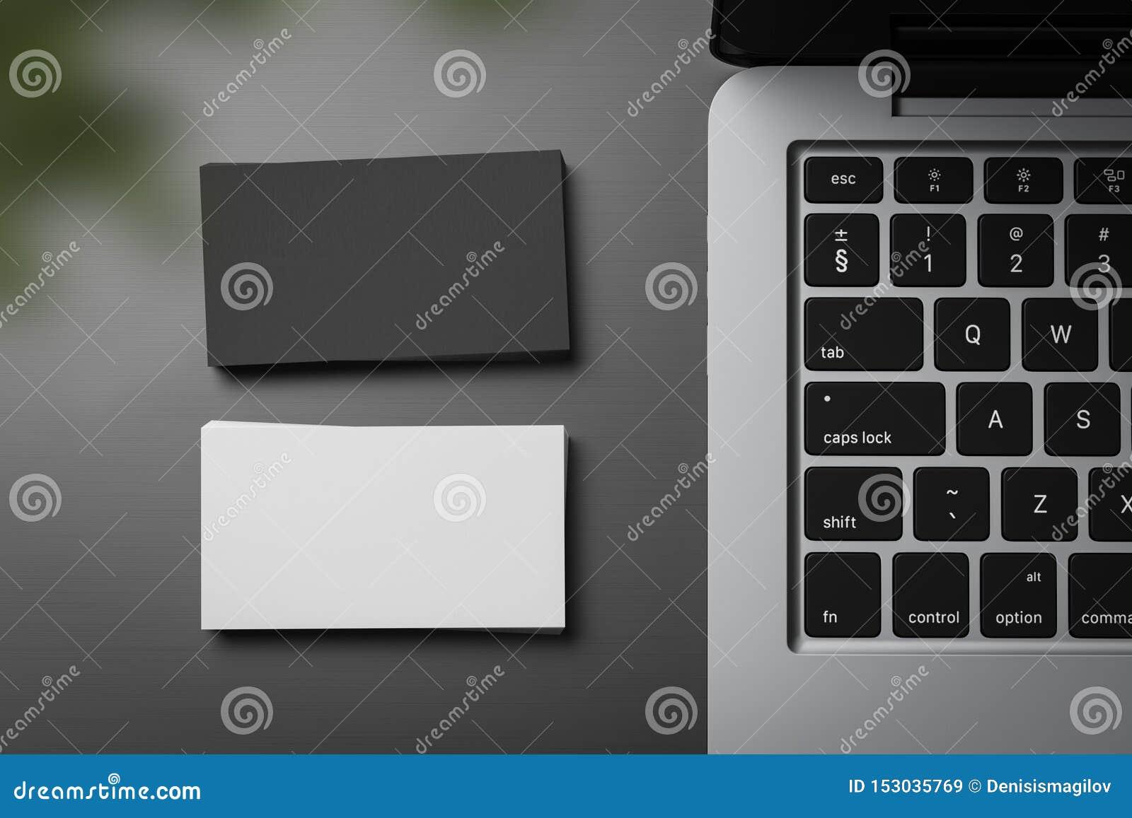 Pilhas dos cartões brancos e pretos na tabela