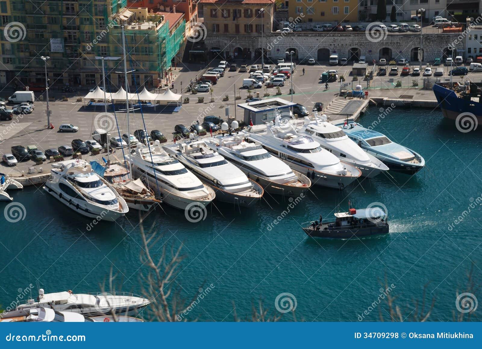 Pilier avec des bateaux dans le port de Nice, vue d en haut