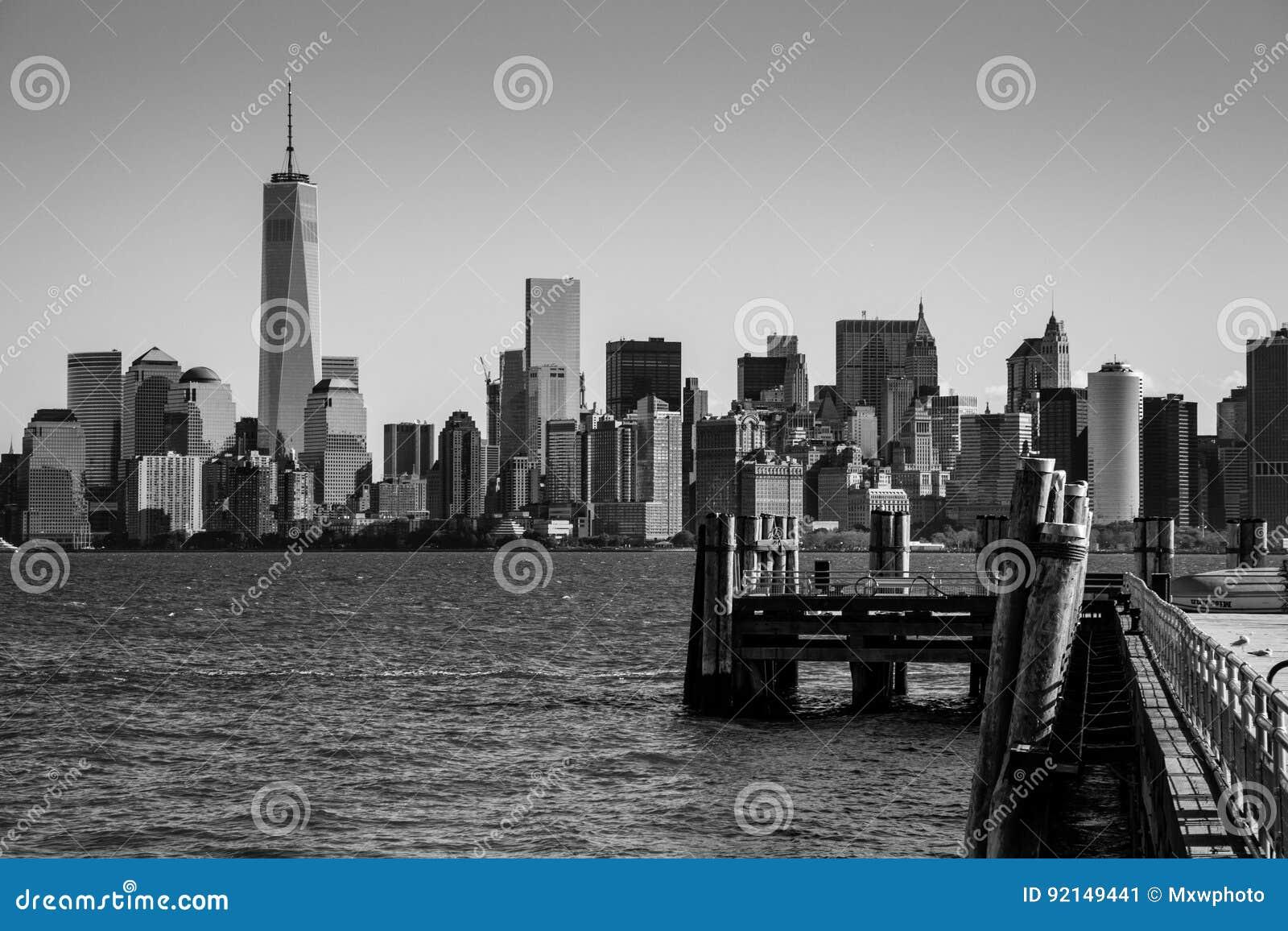 Pilier d atterrissage chez Liberty Island devant l horizon Blac de New York