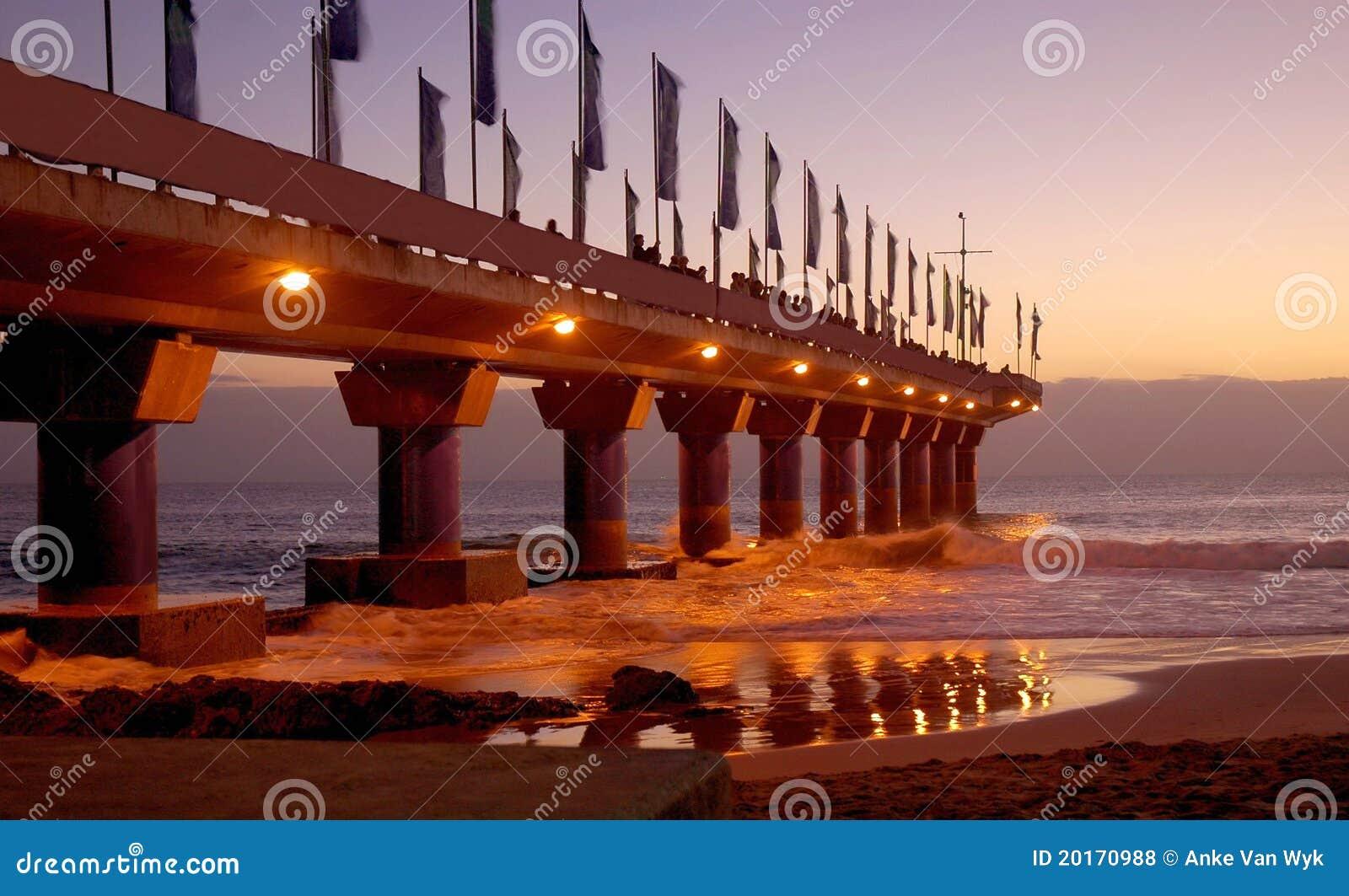 Pilier dans Port Elizabeth au lever de soleil