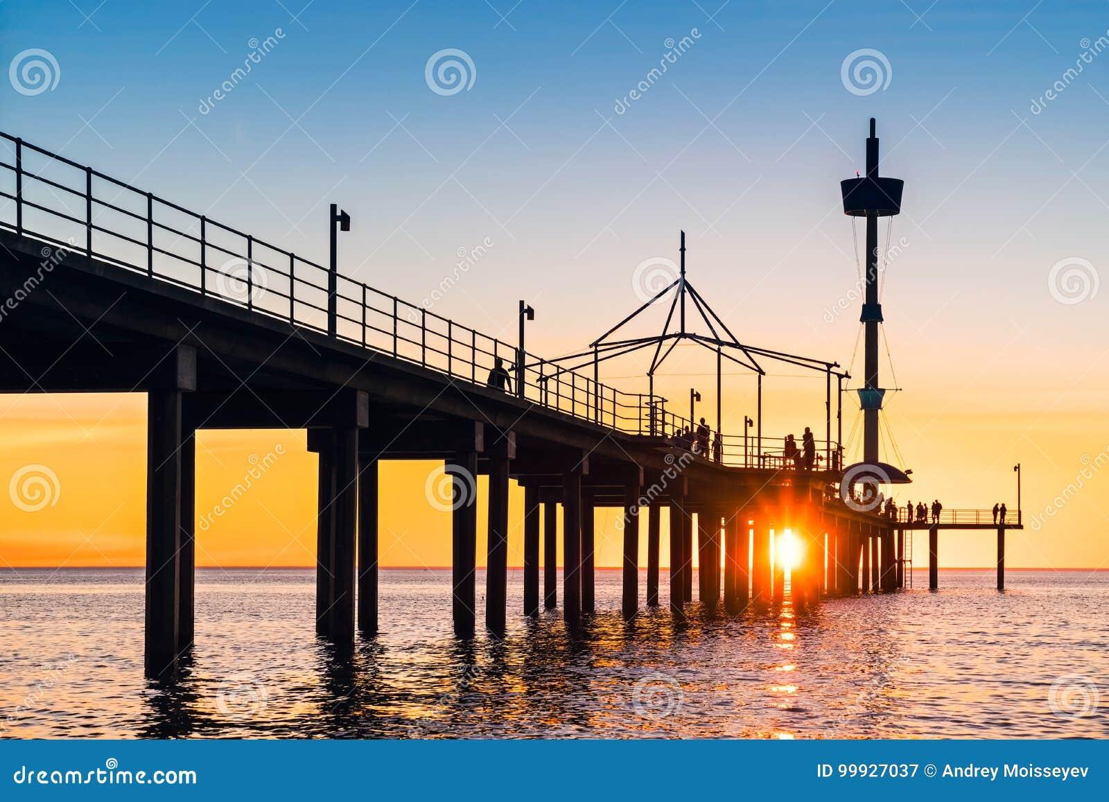Pilier de Brighton Beach avec des personnes