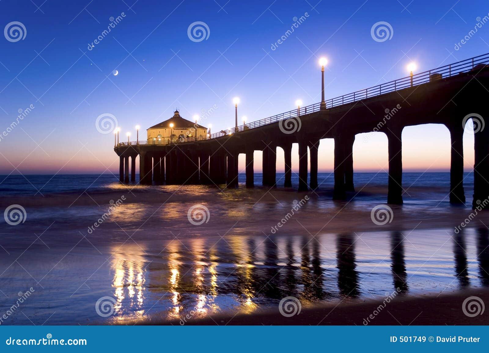Pilier de Manhattan Beach au crépuscule