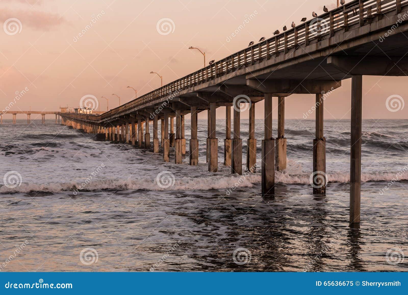 Pilier de pêche de plage d océan à San Diego, la Californie