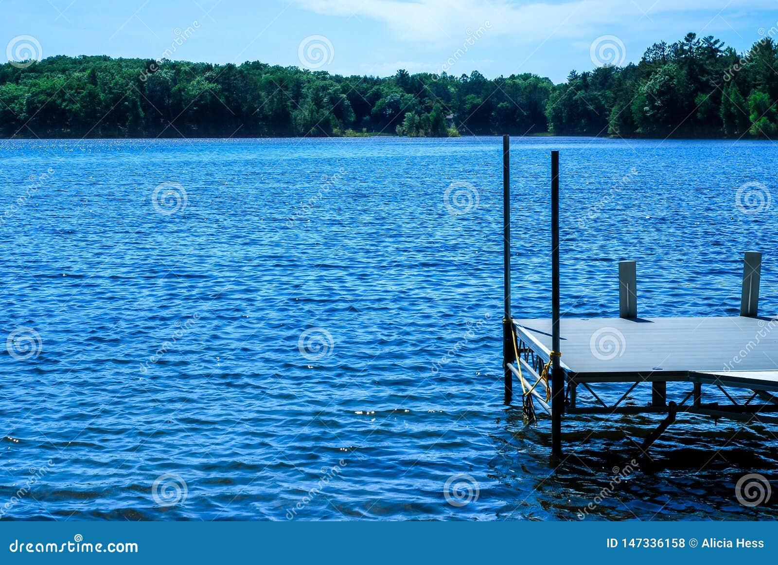 Pilier donnant sur les eaux bleues de Sawyer Lake dans le Norther le Wisconsin