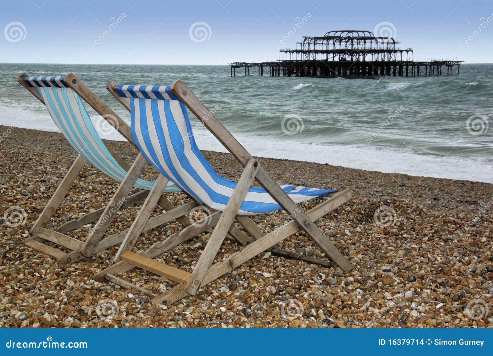 Pilier occidental le Sussex Angleterre de deckchairs de plage de Brighton