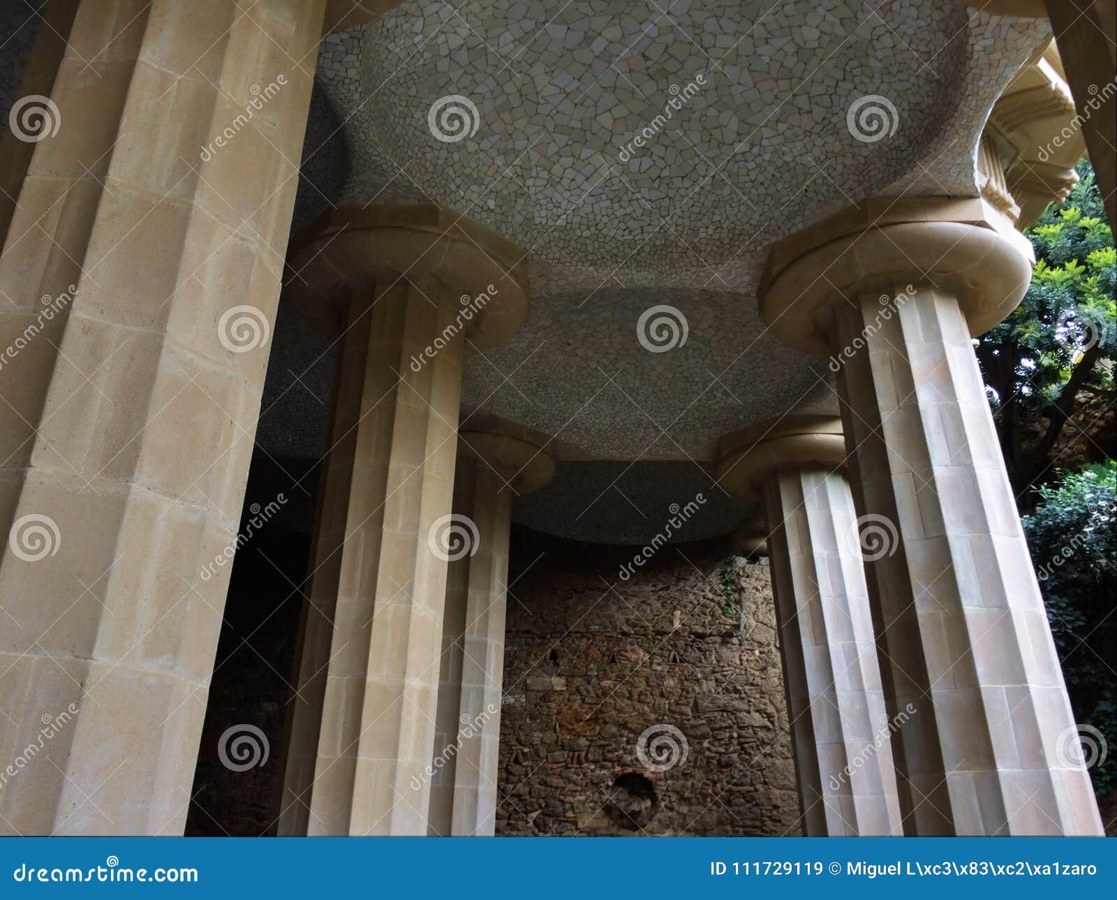 Piliers tenant un plafond carrelé, aune de ¼ du parc GÃ