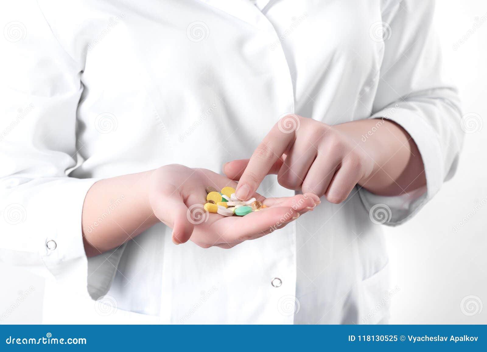 Pillen in de hand van een arts