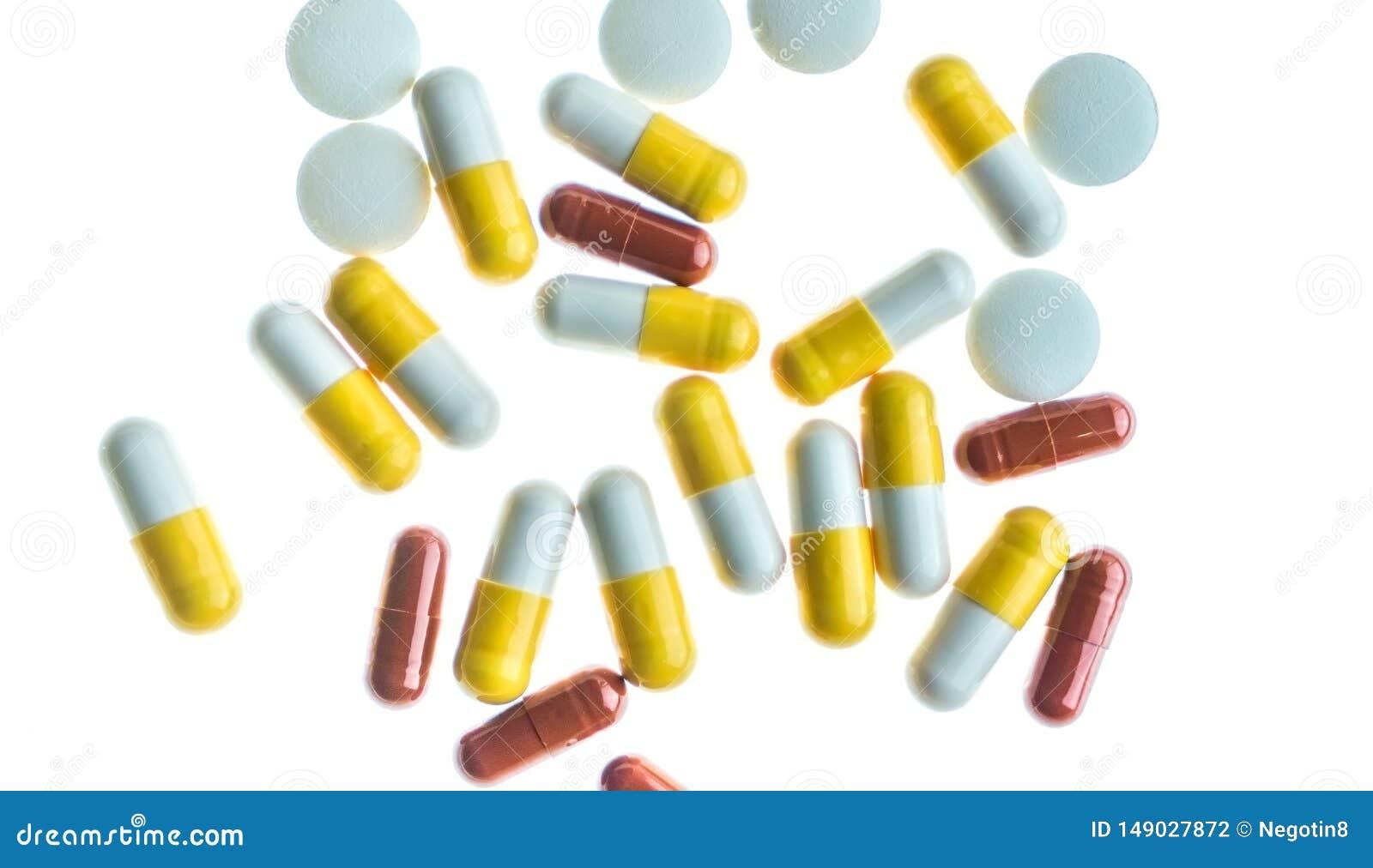 Pillen en capsules tegen witte terug aangestoken achtergrond