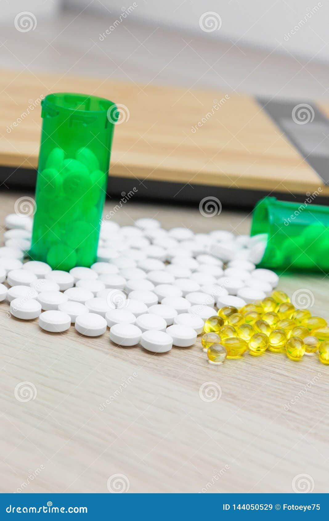 Pillen en groene flessen