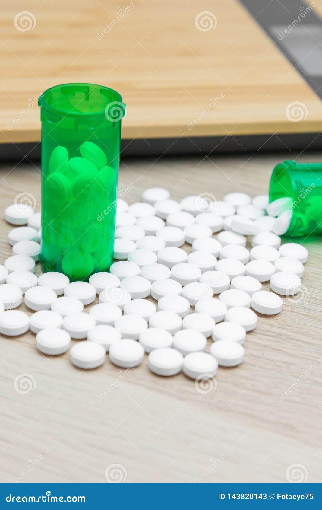 Pillen und grüne Flaschen