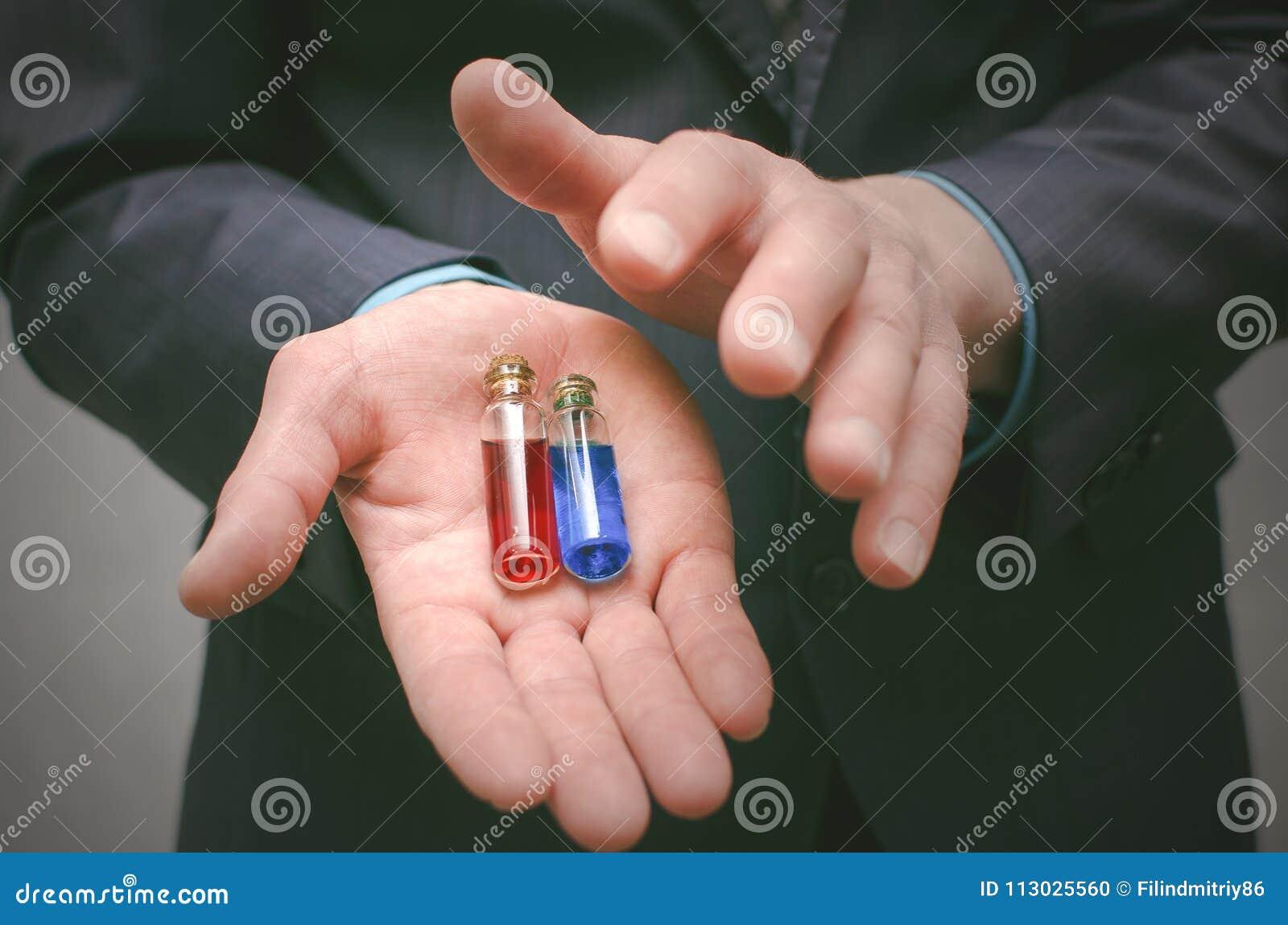 Pillola blu e rossa che sceglie concetto Selezione della droga o dello steroide