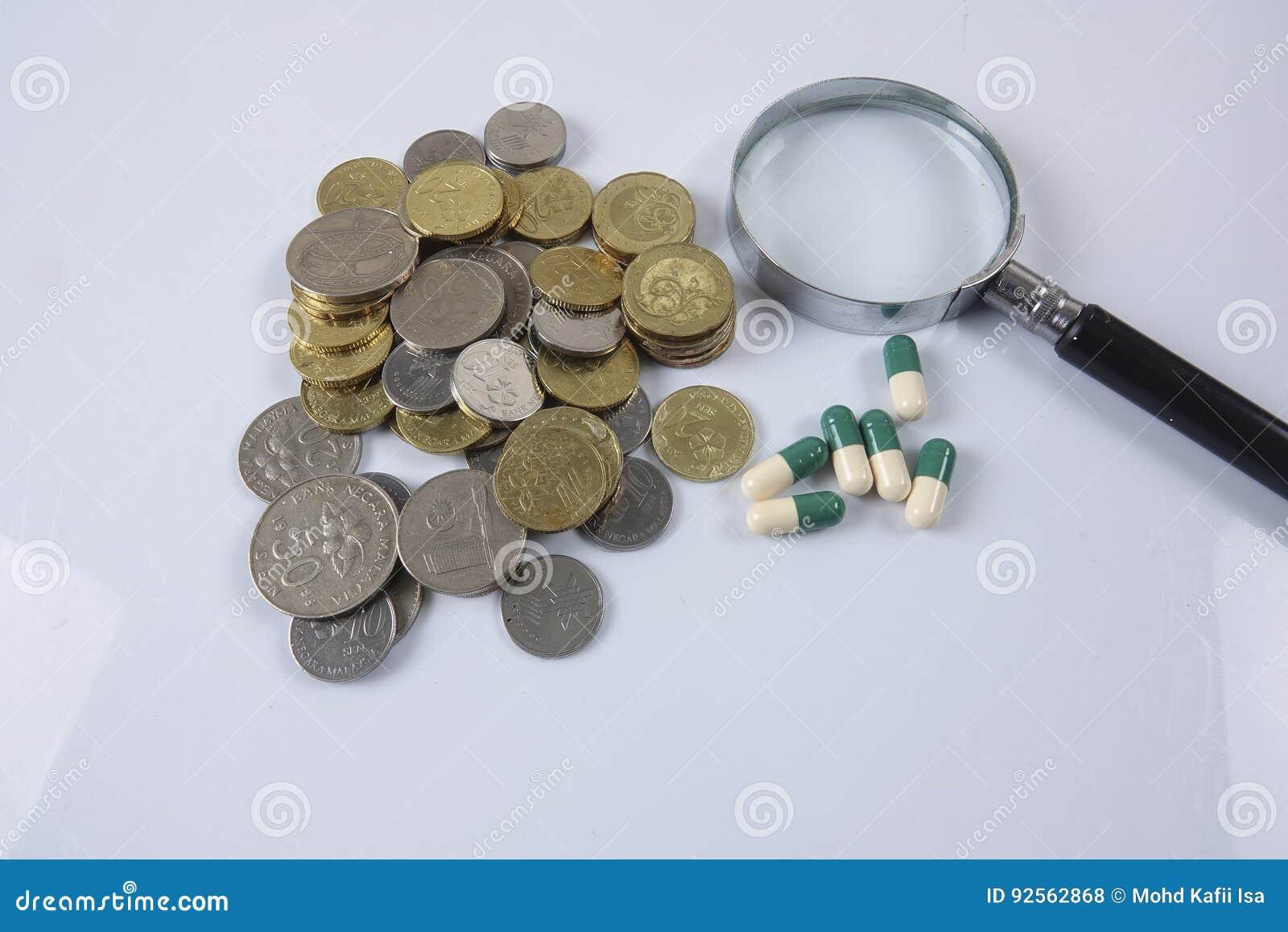 Pillole di verde/gialle medicina su bianco Concetto di sanità