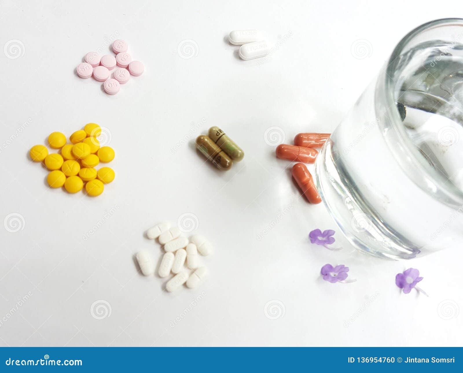 Pillole e bicchieri d acqua della medicina