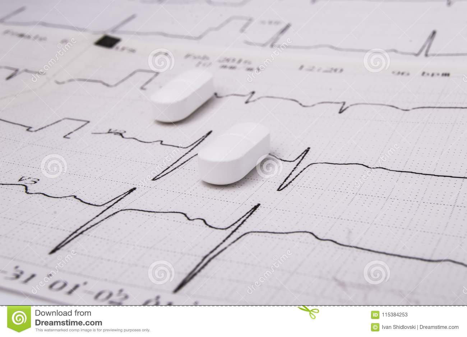 Pillole o compresse oblunghe bianche per il trattamento delle malattie dell apparato cardiovascolare come opzione - bugia di stat