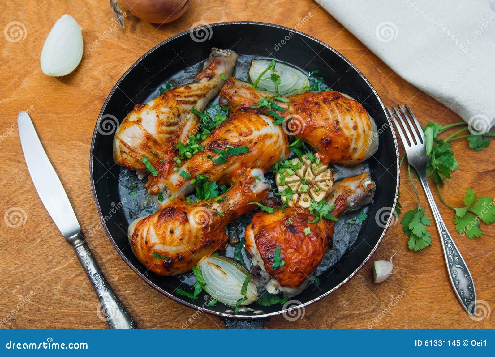 Pilon de poulet frit dans une po le photo stock image 61331145 - Pilon de poulet a la poele ...