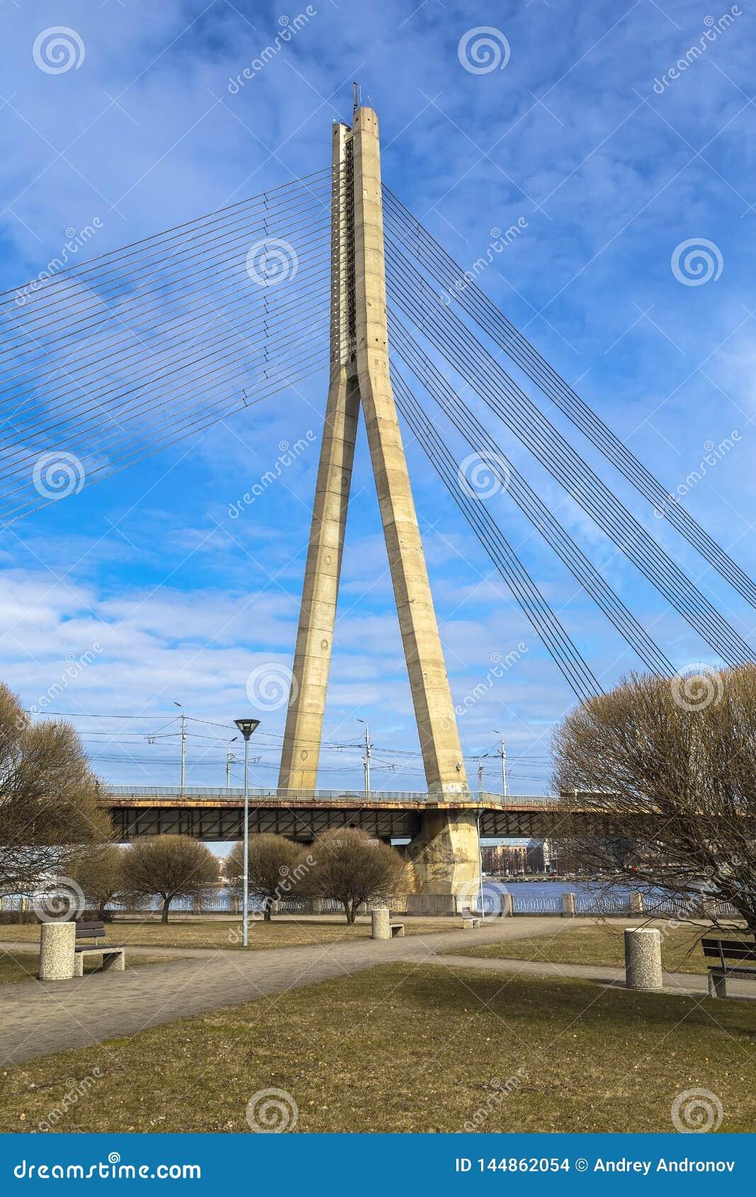 Pilone del ponte strallato