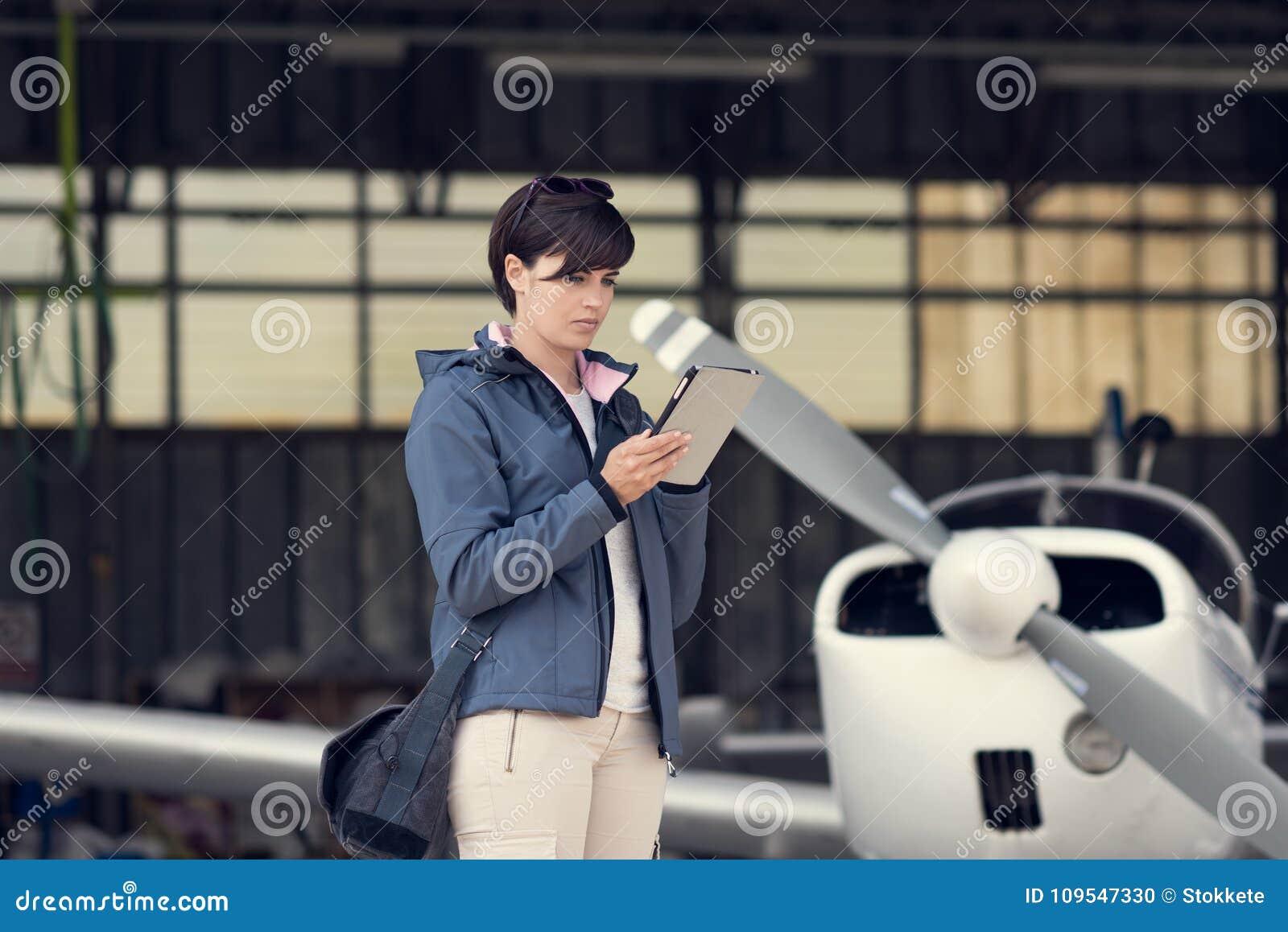 Pilot, der Luftfahrt apps verwendet