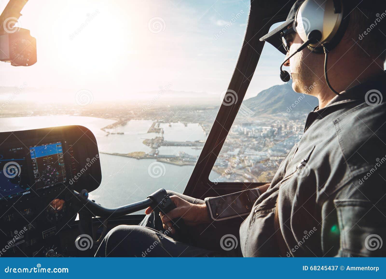 Pilot im Cockpit eines Hubschraubers