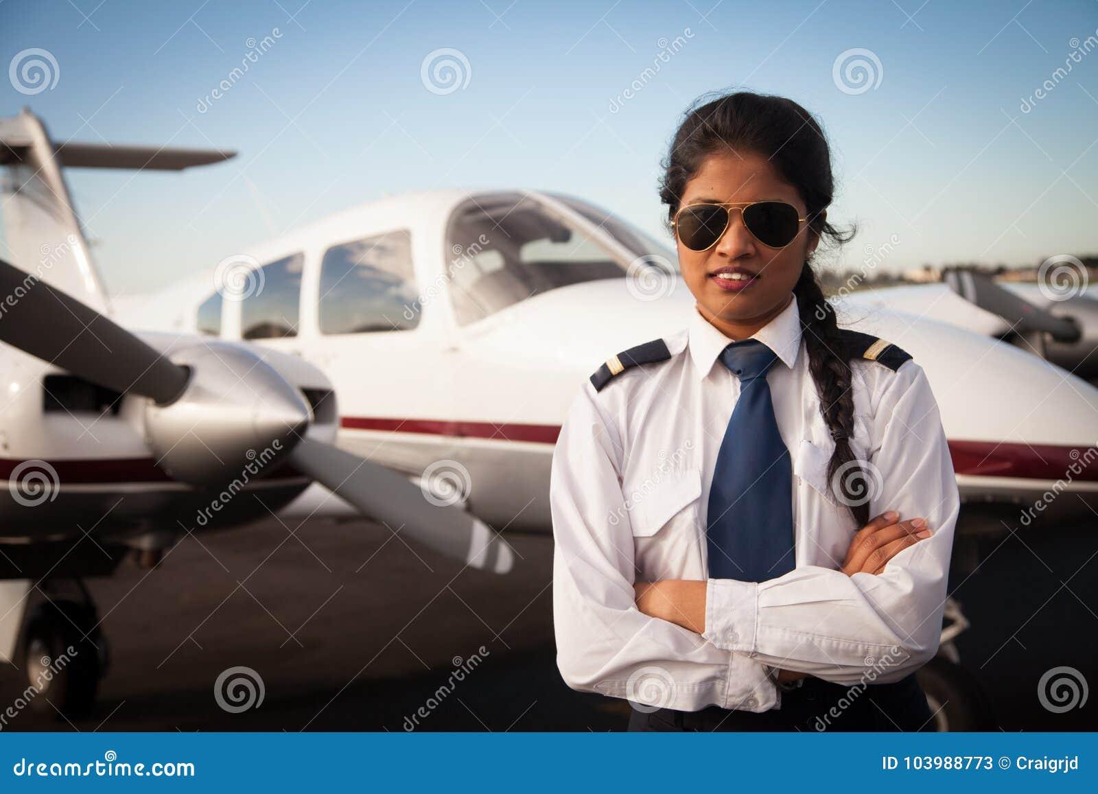 Pilota femminile Waiting davanti ai suoi aerei