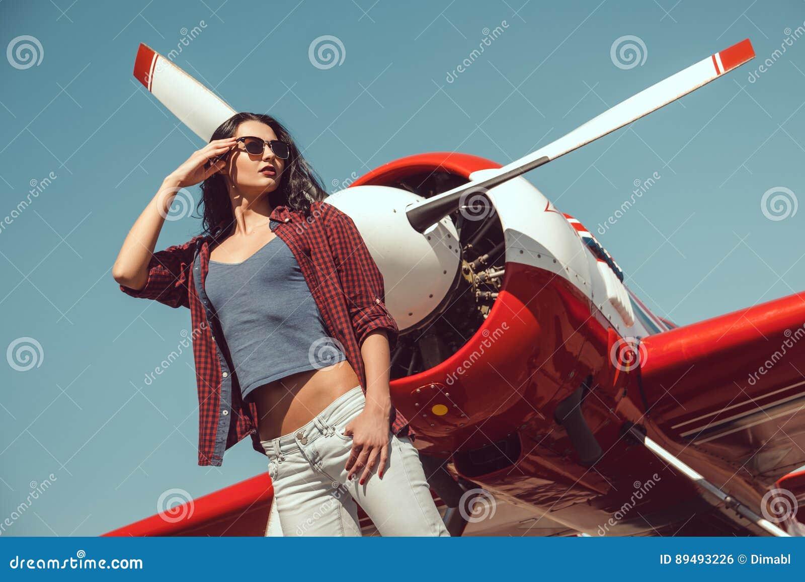 Pilote et avion de femme