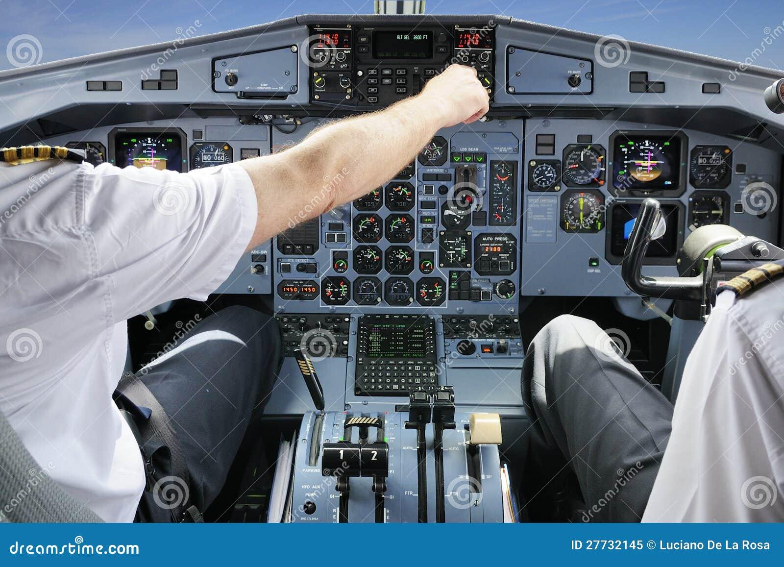 Piloten im flachen Cockpit