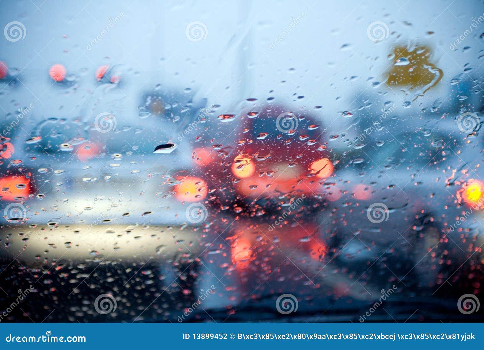 Piloter de véhicule à l arrière-plan abstrait de pluie et de tempête
