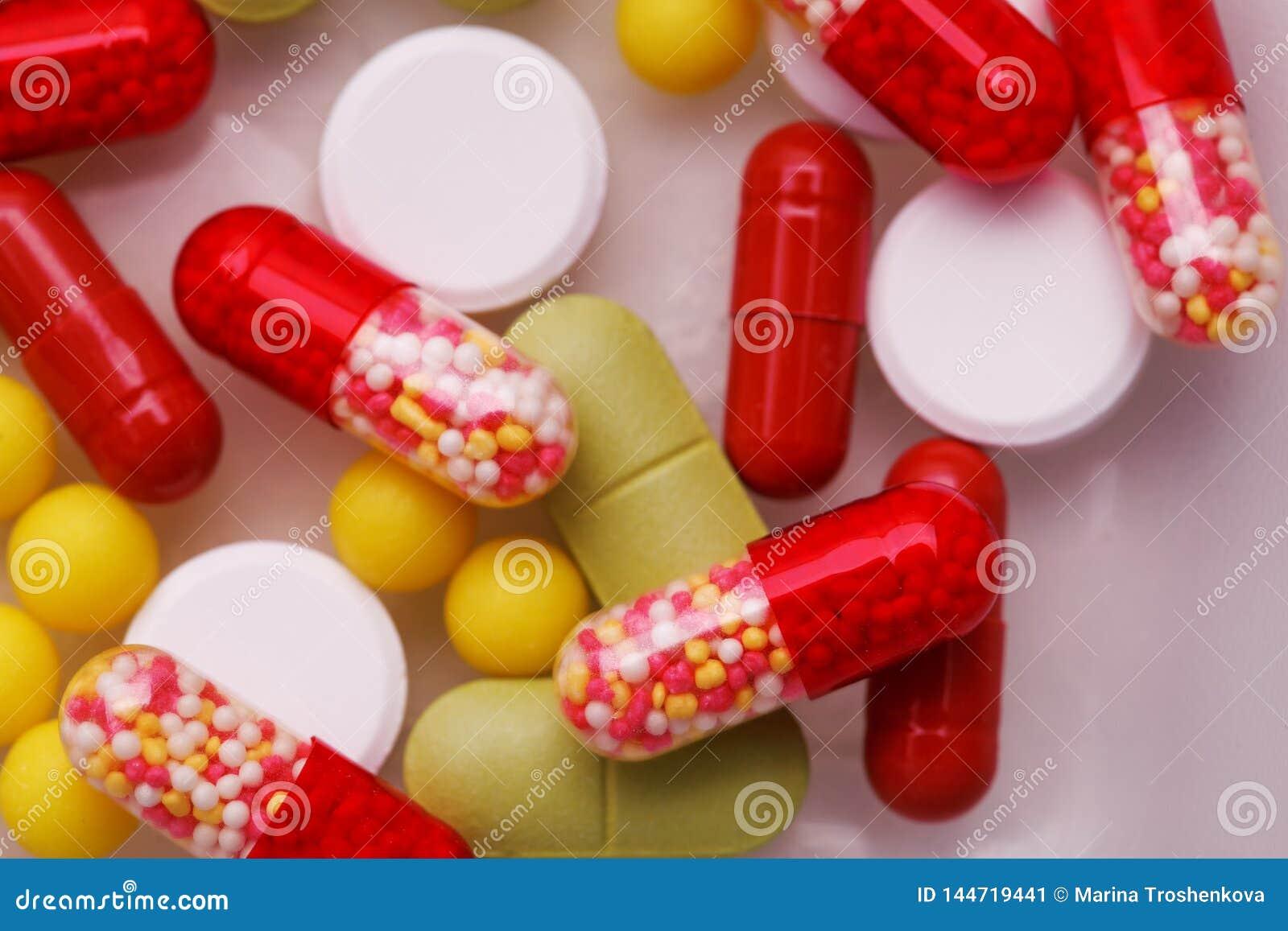 Pilules, comprim?s et capsules pharmaceutiques assortis de m?decine au-dessus du fond blanc