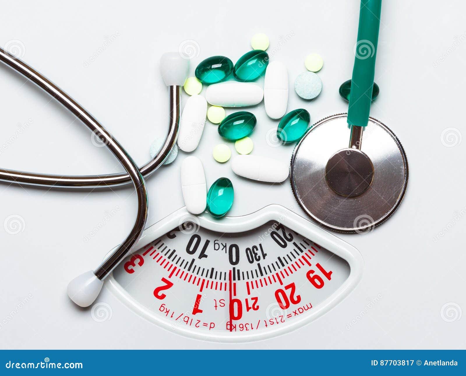 Pilules et stéthoscope sur des échelles Soins de santé