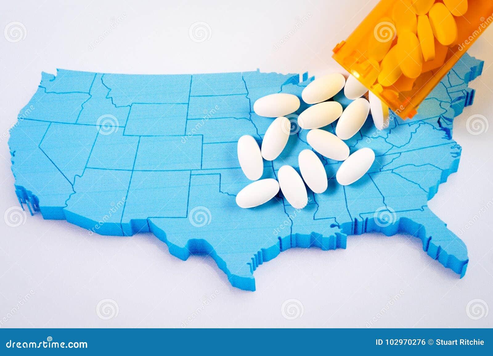 Pilules pharmaceutiques blanches débordant la bouteille de prescription au-dessus de la carte du fond de l Amérique
