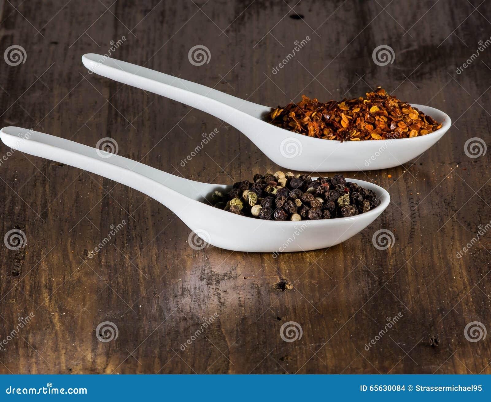 Piment et poivre dans les coquilles
