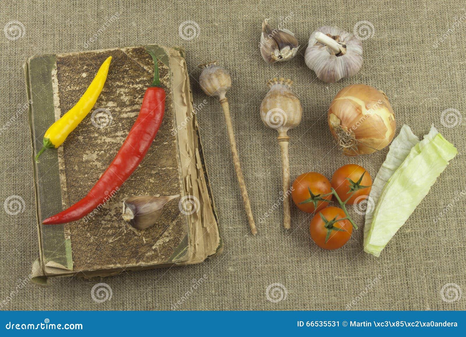 Piments Avec Un Vieux Livre De Recette Legumes Prets Pour La Cuisine