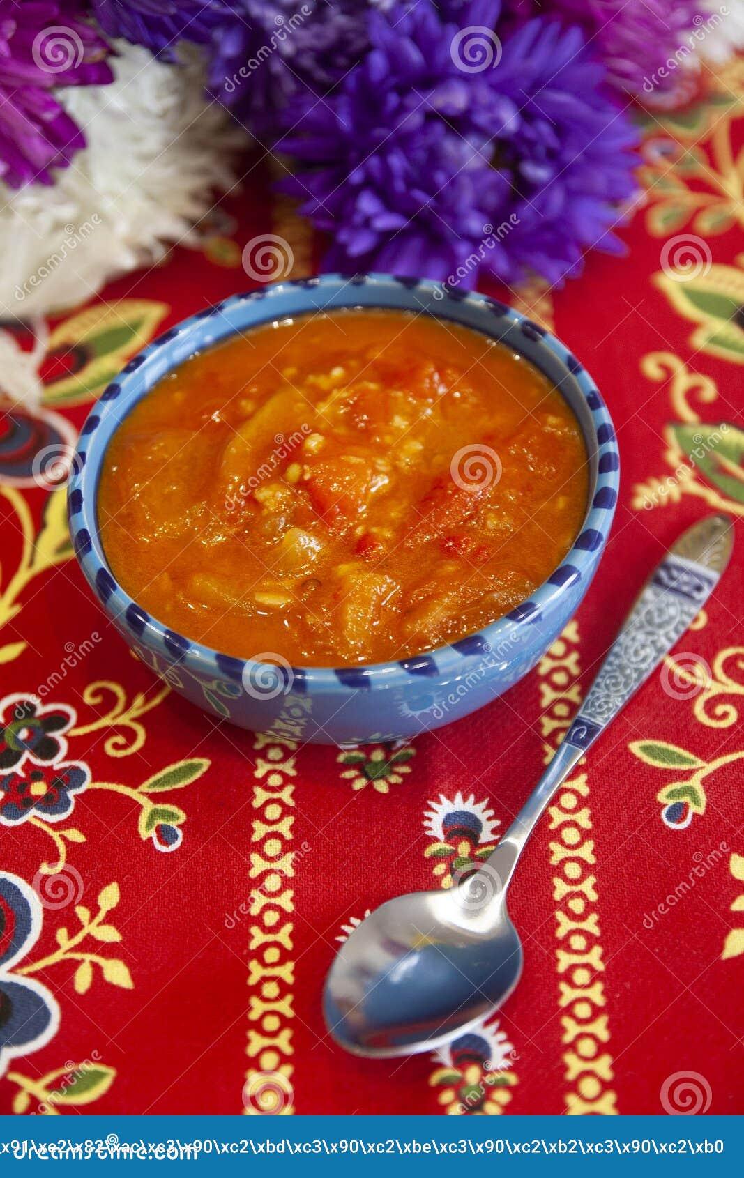 Pimienta búlgara en la salsa de tomate - salsa de la paprika, de las pimientas del chile picante y de los tomates