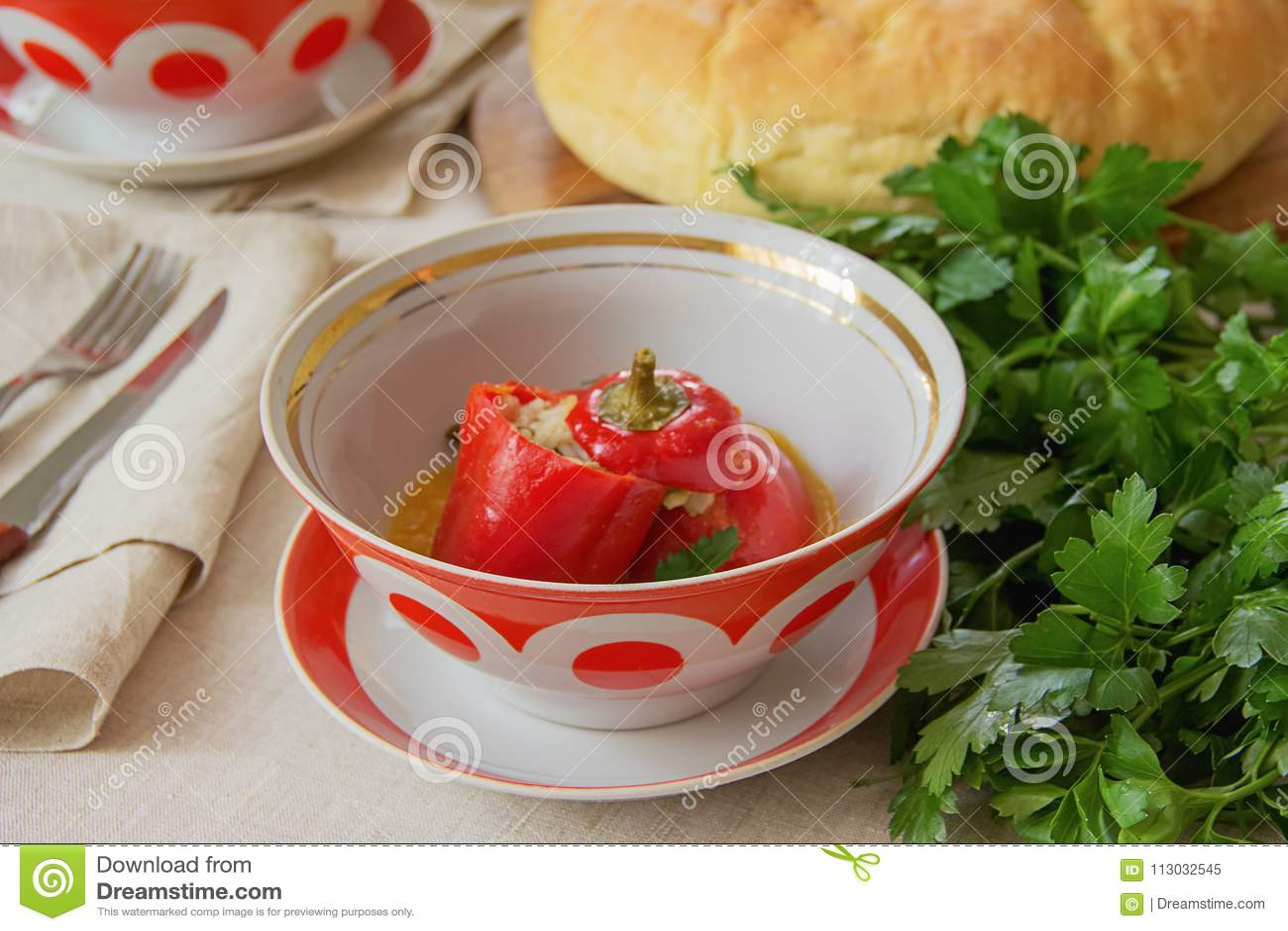 Pimienta rellena del dulce rojo de dos pimientas rellenas