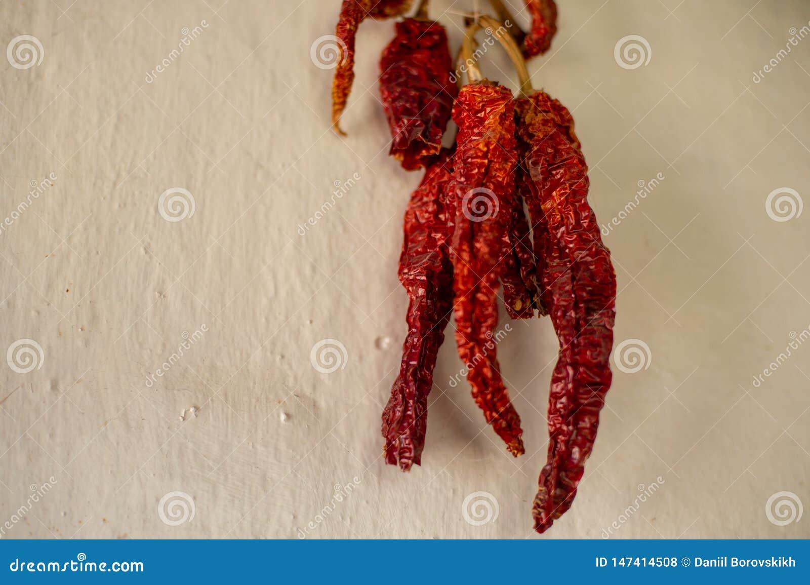 Pimienta roja secada en un paquete en la pared