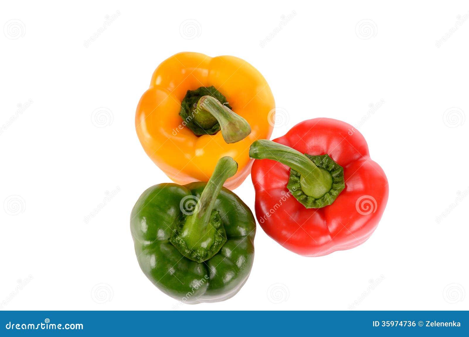 Pimientas verdes y amarillas rojas aisladas