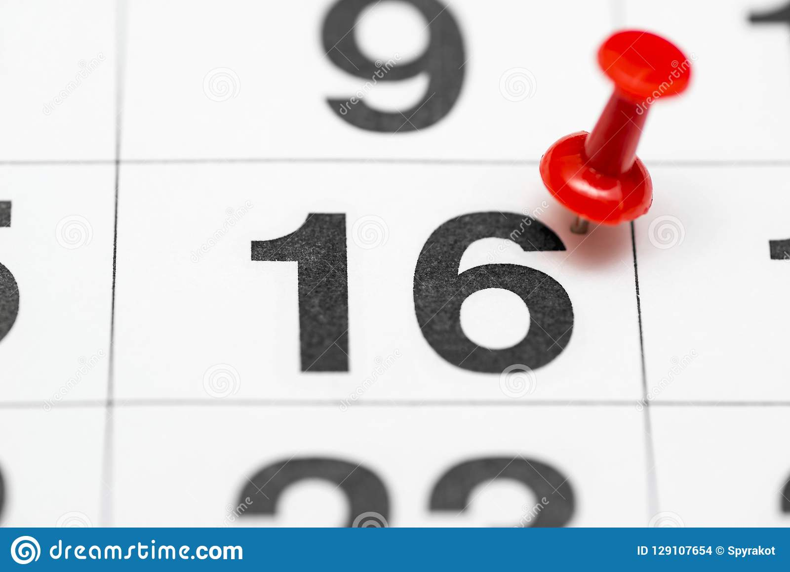 Pin auf dem Datum Nr. 16 Der zweite Tag zwanzig des Monats wird mit roten Reißzwecken markiert Pin auf Kalender