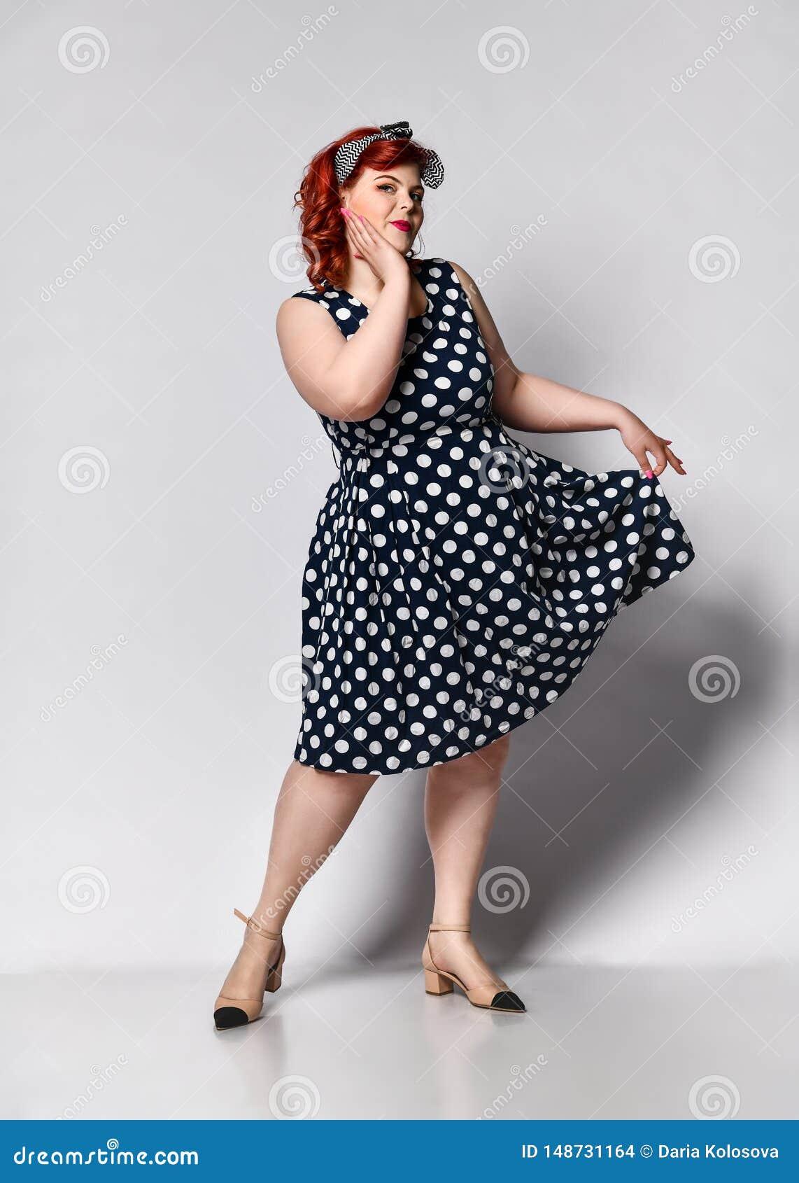 Pin su un ritratto femminile Bella retro donna grassa in vestito dal pois con le labbra e unghie rosse del manicure e taglio di c