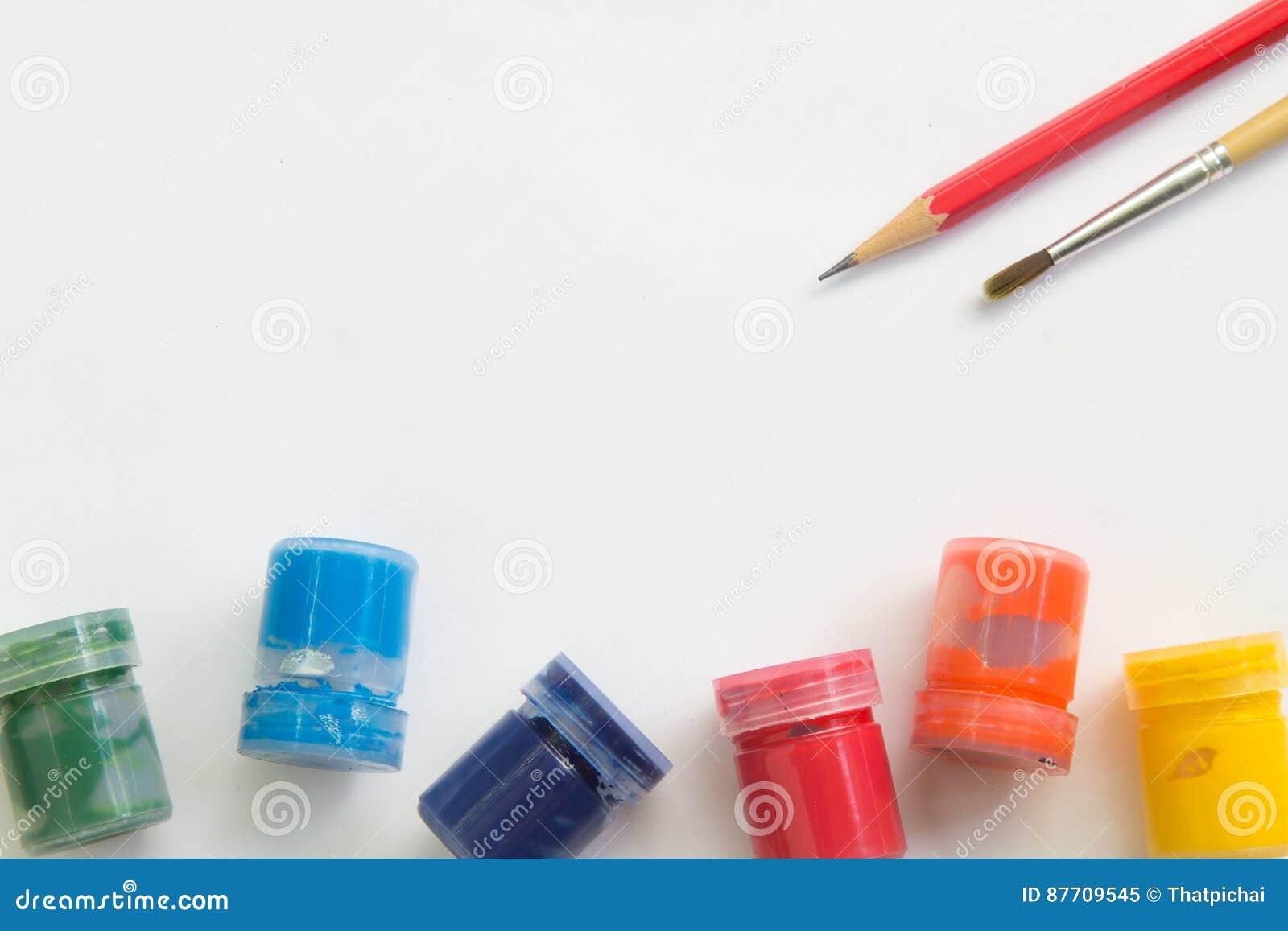 Pinceau, aquarelle, crayon sur le livre blanc et espace de fonctionnement pour le message textuel