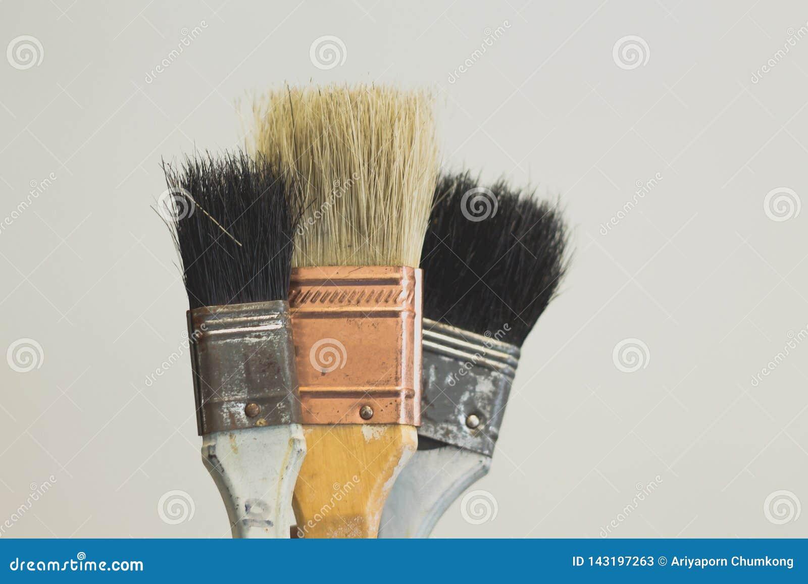 Pinceau avec la poignée en bois