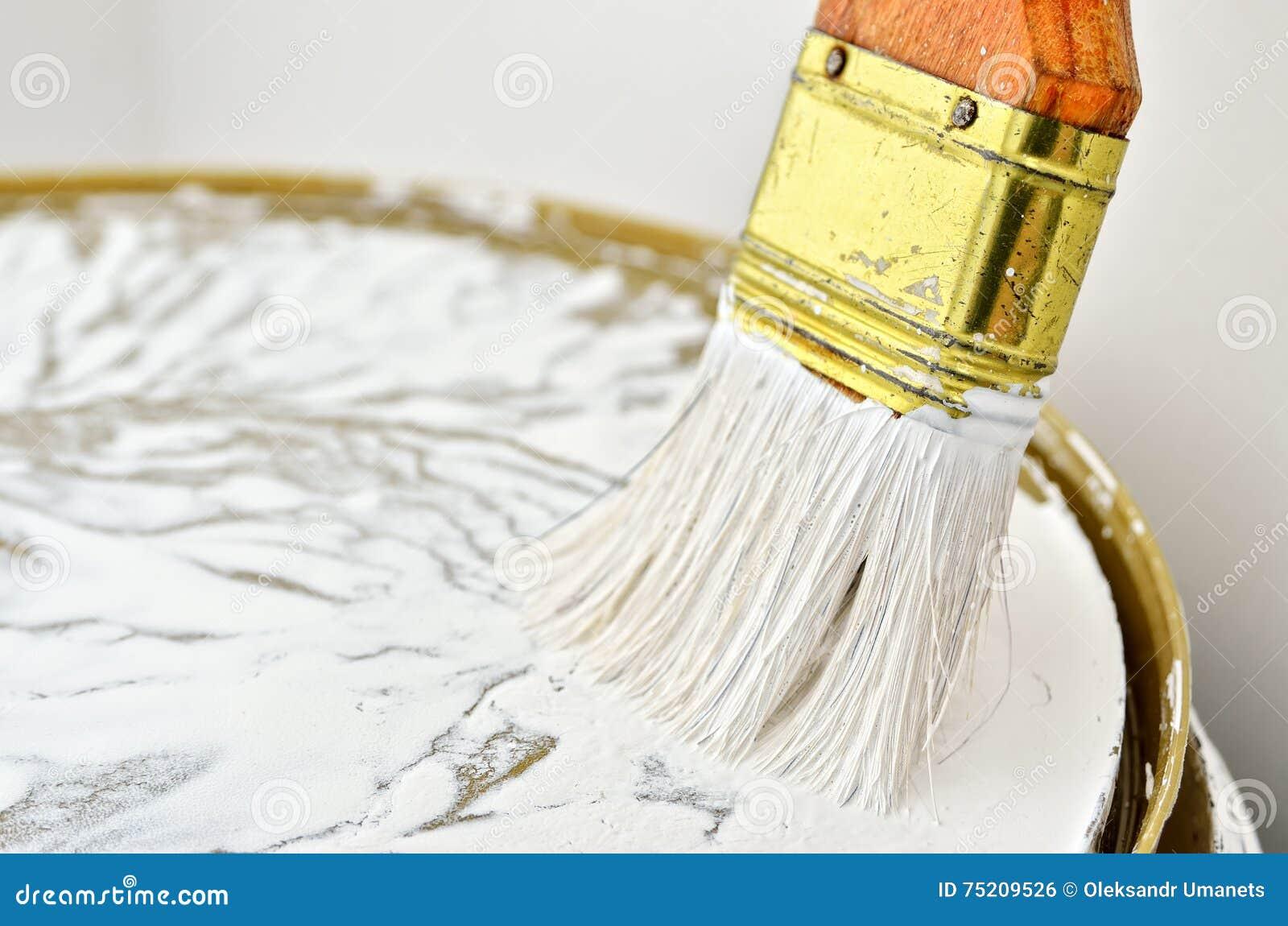 pinceau avec une poign e en bois en peinture blanche. Black Bedroom Furniture Sets. Home Design Ideas
