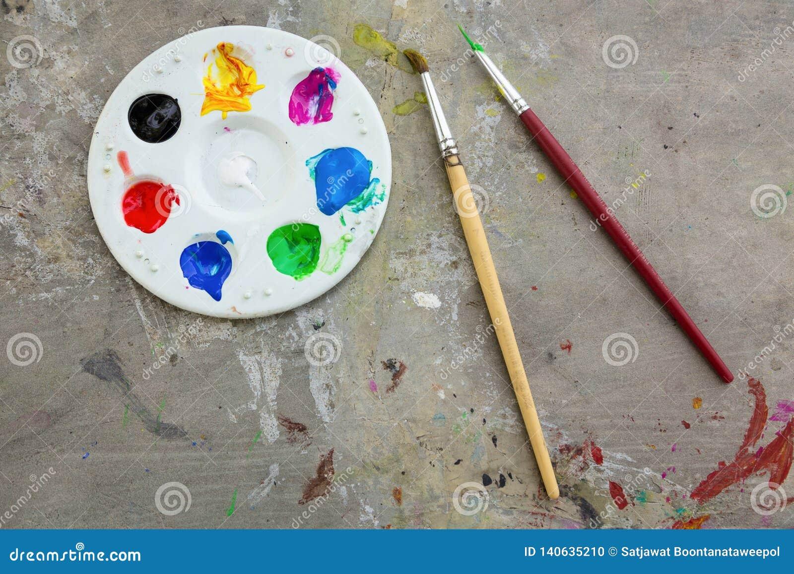 Pinceau et peinture d aquarelle, palettes sur la calomnie de table l objet de couleur, d éducation et d art, vue supérieure