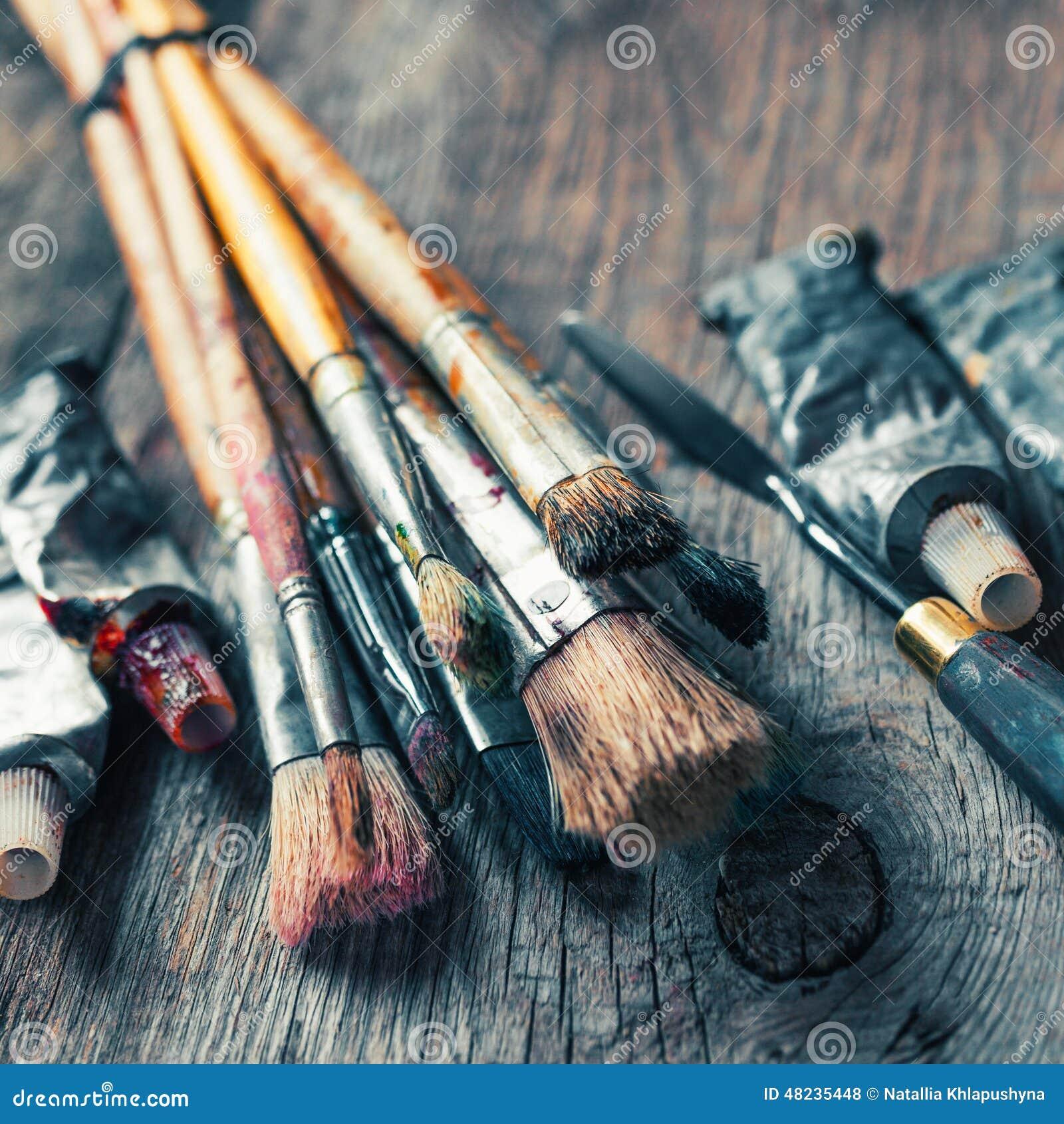 pinceaux artistiques tubes de la peinture l 39 huile couteau de palette sur vieux photo stock. Black Bedroom Furniture Sets. Home Design Ideas