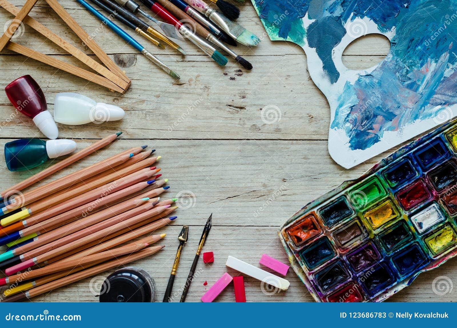 Pinceaux d artiste sur le fond en bois