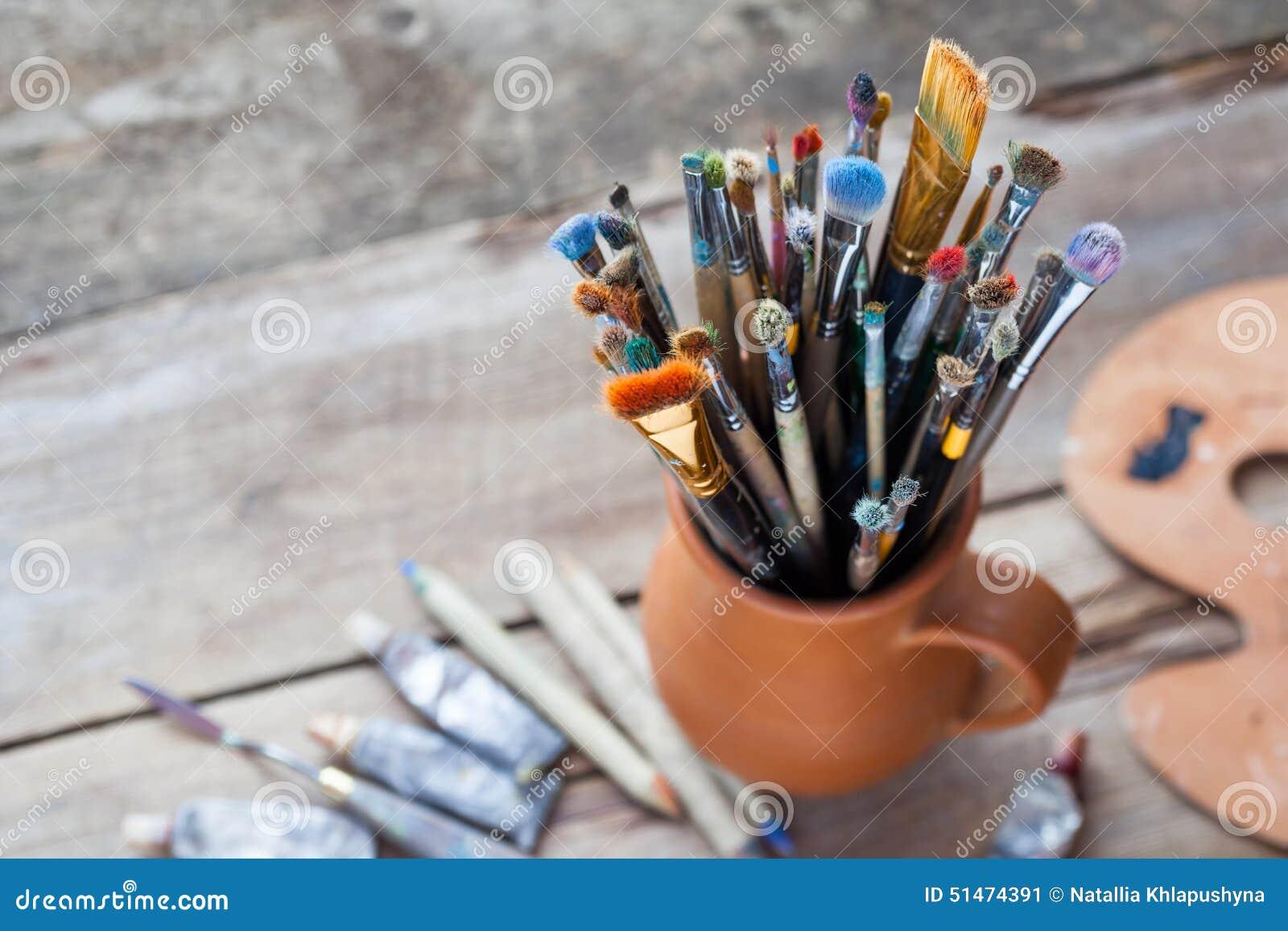 pinceaux dans une cruche des tubes de potiers argile de palette et de peinture image stock. Black Bedroom Furniture Sets. Home Design Ideas