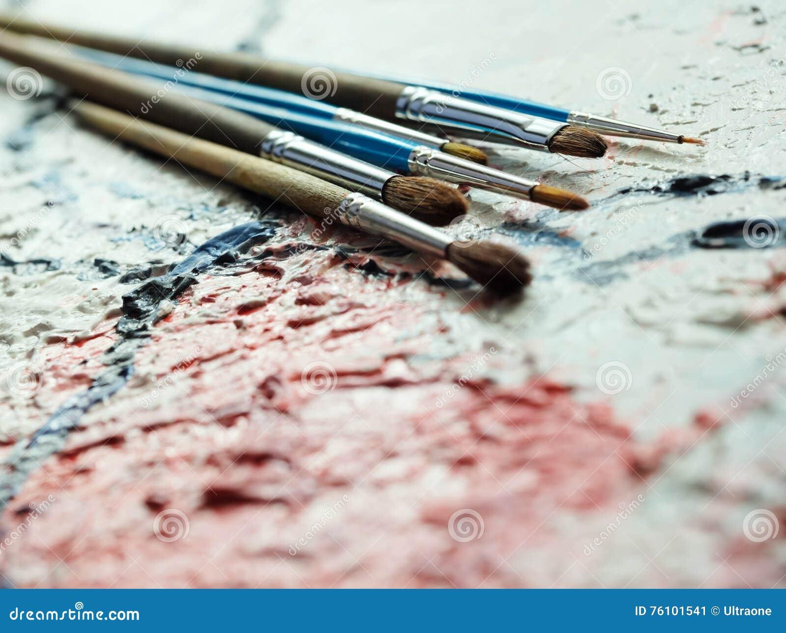 pinceaux sur la toile de peinture l 39 huile image stock image du espace peinture 76101541. Black Bedroom Furniture Sets. Home Design Ideas