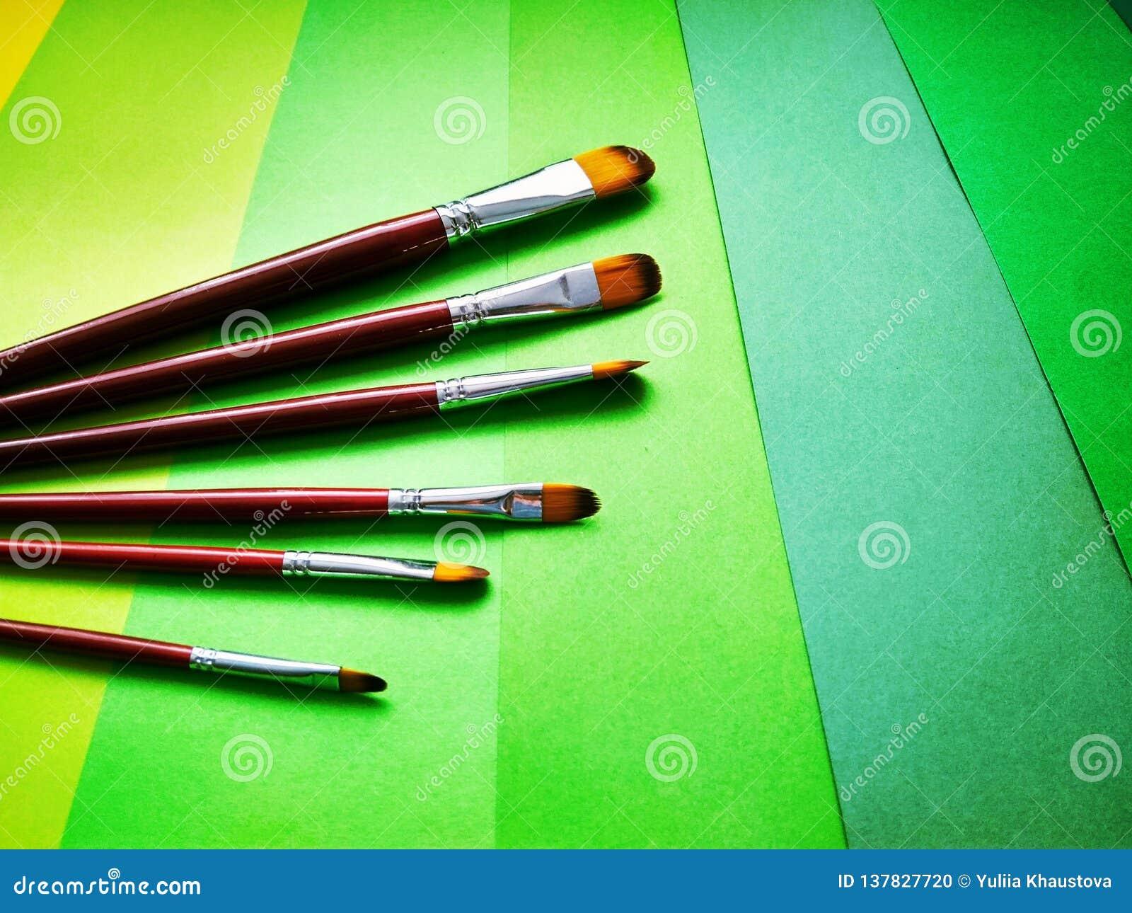 Pinceaux sur un fond de papier coloré