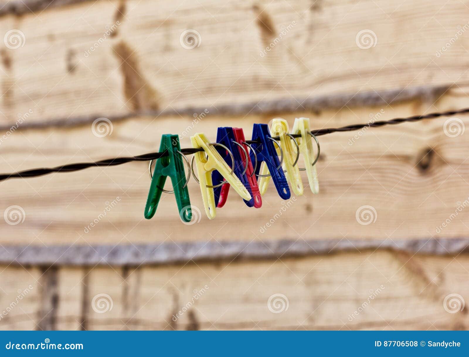 Pinces à linge en plastique sur une corde, fond de nature